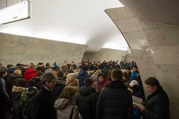 Ùn tắc giao thông trên đường phố Matxcơva làm phiền người dân thành phố rất nhiều. Việc đổ xô xuống ga điện ngầm khiến tình hình không khá khẩm hơn. Lúc nào cũng thấy cảnh này, bất kể giờ nào trong ngày.