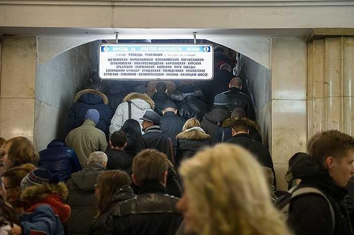 Ở đó, Ilya gặp phải vấn đề được coi là 'ùn tắc ngầm', với dòng người đứng xếp hàng hàng giờ để trở về nhà sau một ngày làm việc. Thậm chí lâu hơn đợi trên mặt đường.