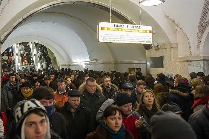 Những người Nga như Ilya khát khao có xe riêng, muốn tắc đường trên phố, tốn kém tiền xăng trên mặt đường hơn là bị lôi kéo đến rách quần áo, hay bị hét vào mặt trong ga điện ngầm