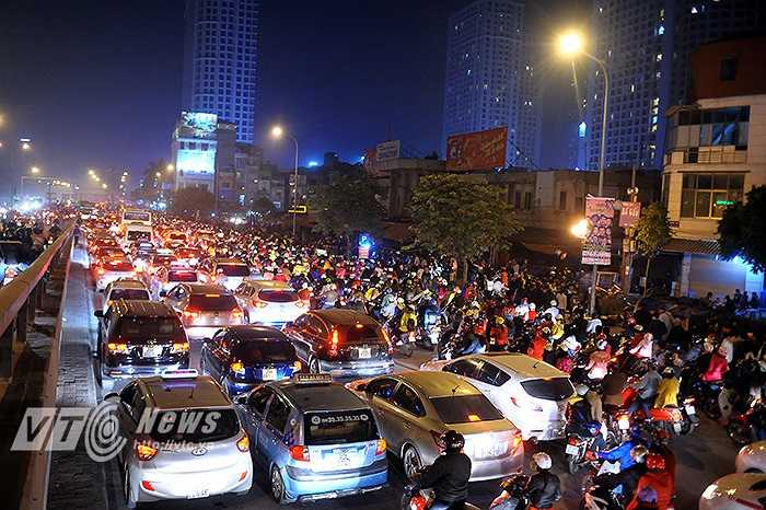 Lúc 20 giờ tại khu vực chân cầu vượt Ngã Tư Sở, hàng nghìn người đổ về trung tâm thương mại Royal City đã gây nên tình trạng tắc nghẽn giao thông nghiêm trọng.
