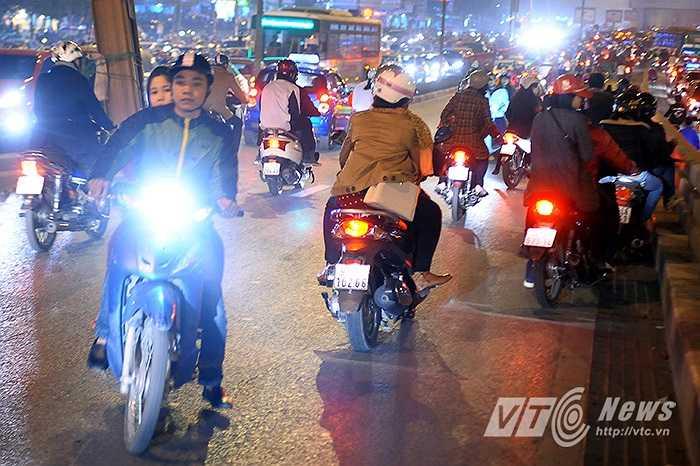 Trên cầu vượt Ngã tư Sở, nhiều người đã liều lĩnh quay đầu xe vì tắc đường.