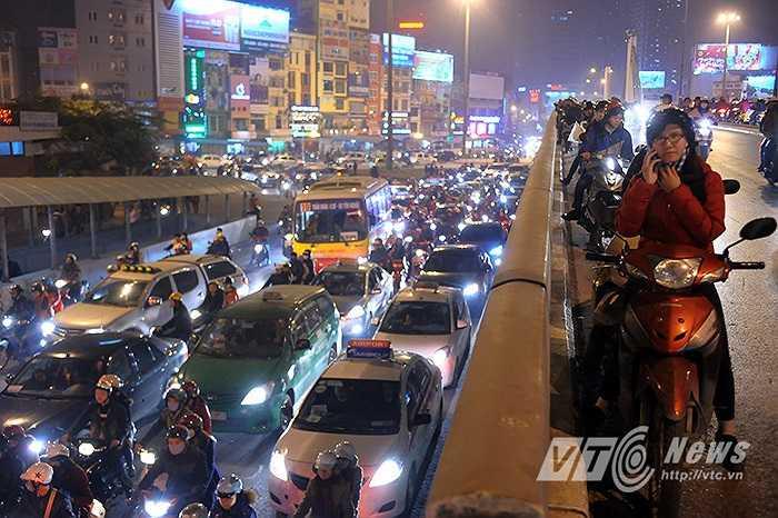Đến 21 giờ cùng ngày, tình trạng tắc đường vẫn chưa được giải quyết.