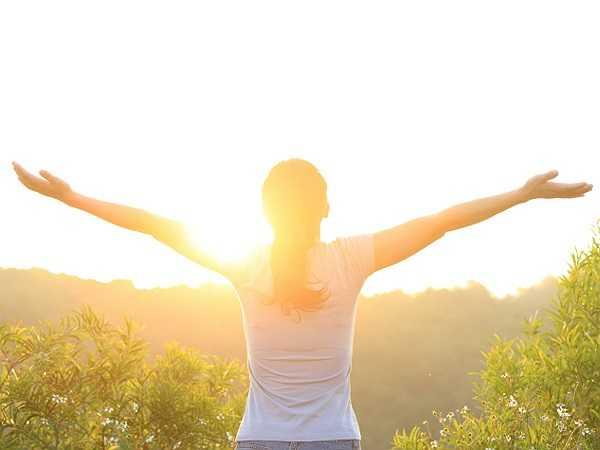 Ánh sáng mặt trời: Ánh sáng mặt trời có chứa Vitamin D. Theo nghiên cứu nghiên cứu, những người bị đau mãn tính thường có nồng độ vitamin D thấp.