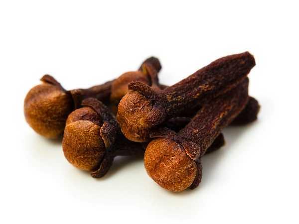 Đinh hương: Đinh hương cũng mang lại hiệu quả trong điều trị đau răng. Bạn có thể giữ một chút đinh hương cạnh những chiếc răng đau hoặc thấm một chút dầu đinh hương vào một miếng bông sau đó áp vào răng đau.