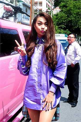 Minh Hằng gây chú ý khi xuất hiện bên cạnh chiếc Limousine màu hồng.
