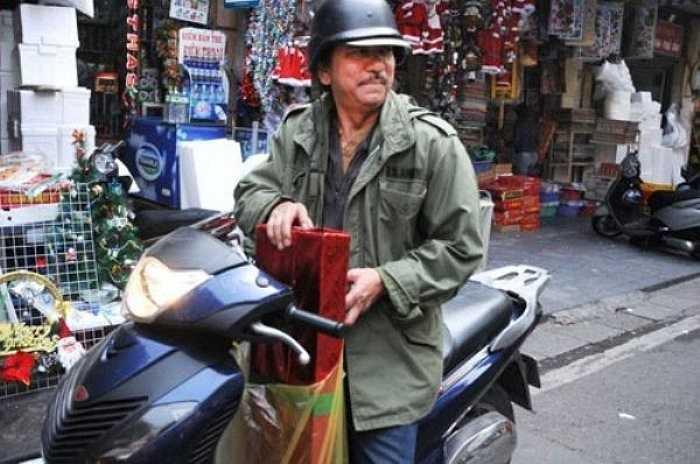 Ông Thái Duy Anh (57 tuổi) tất bật trong những ngày Noel sắp tới gần. Dù bận với công việc kinh doanh hàng ngày nhưng ông vẫn tranh thủ dành thời gian tới hàng Mã nơi có cửa hàng bán đồ trang trí của con gái để nhận các món quà chuẩn bị đi phát cho các em nhỏ.