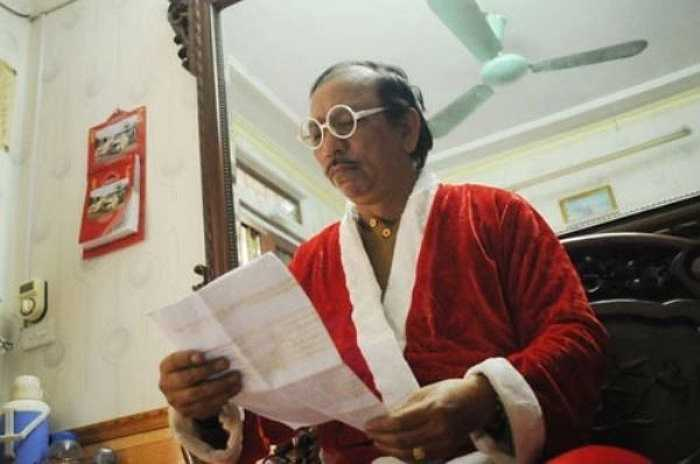 Trang phục màu đỏ viền trắng được ông Tuấn chuẩn bị đầy đủ, chỉ cần mặc vào, chưa đến 5 phút sẽ hoá thân thành 'ông già Noel'.