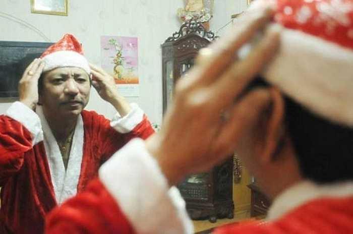 Ông Tuấn đang xem lại những địa điểm cần phát quà trong khu vực nội thành Hà Nội.