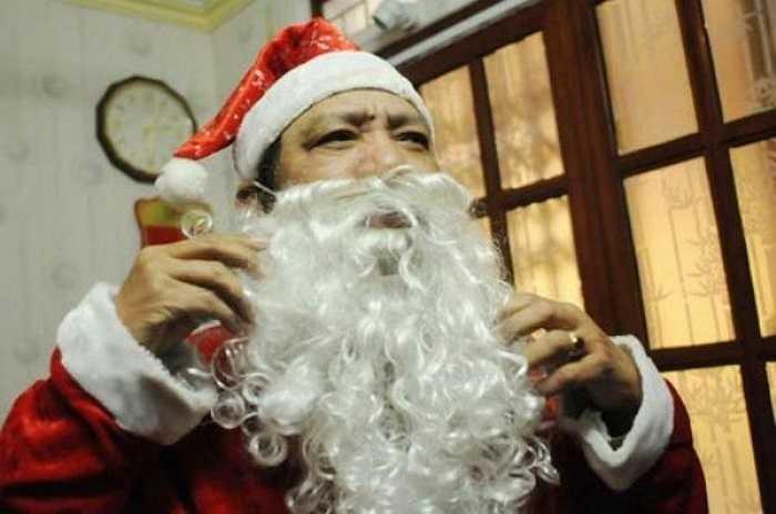 Ông Tuấn nói:' Đây là công việc mà tôi yêu thích, được hoá thân trở thành 'ông già Noel' đi trao quà cho lũ trẻ vui lắm! Mình cứ như trẻ ra mấy tuổi!'
