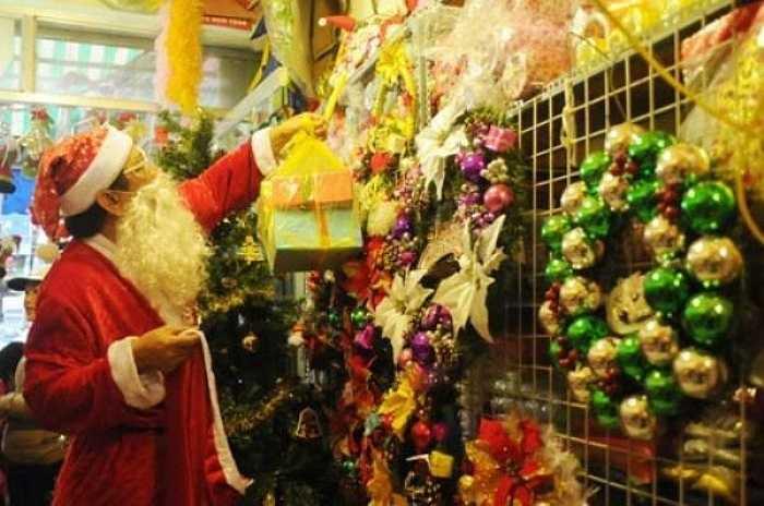 'Hầu như năm nào tới dịp Giáng sinh là dù bận đến mấy tôi vẫn bố trí để đi phát quà cho các em nhỏ vừa là mang lại niềm vui cho chính mình lúc tuổi già cũng vừa là động viên cho con gái bán hàng đông khách', ông Tuấn chia sẻ.