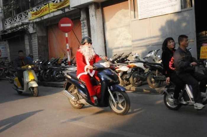Sau khi trang điểm xong những món quà sẽ được 'ông già Noel' bỏ vào túi để đi phát cho các em nhỏ.
