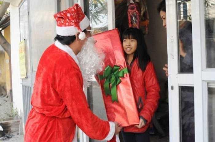 Ông già Noel cùng 'con tuần lộc' của mình trên đường đi phát quà cho các em nhỏ.