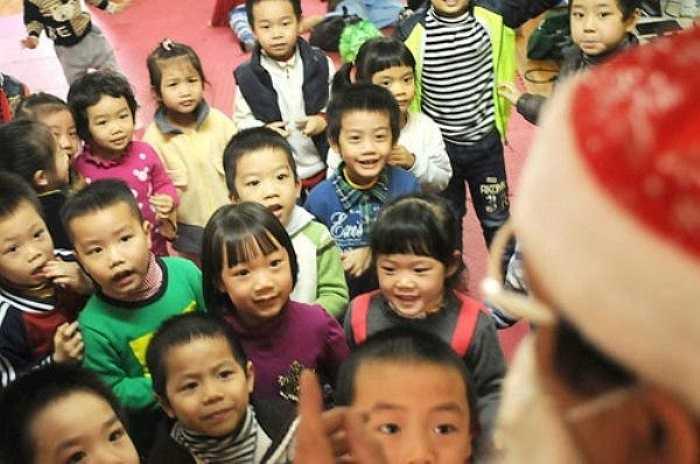 Các em bé trường mẫu giáo Nguyễn Công Trứ thích thú khi 'ông già Noel' xuất hiện.