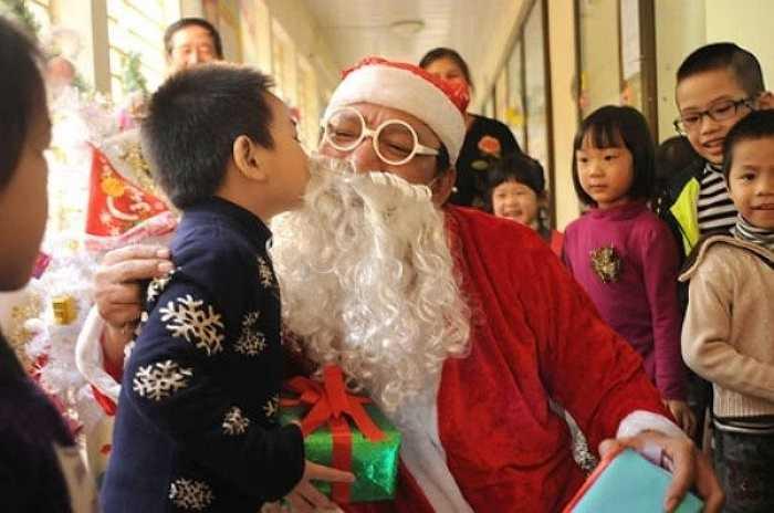 Bé Đặng Trường Nguyên Khôi - 4 tuổi đang âu yếm 'ông già Noel' sau khi được nhận quà.