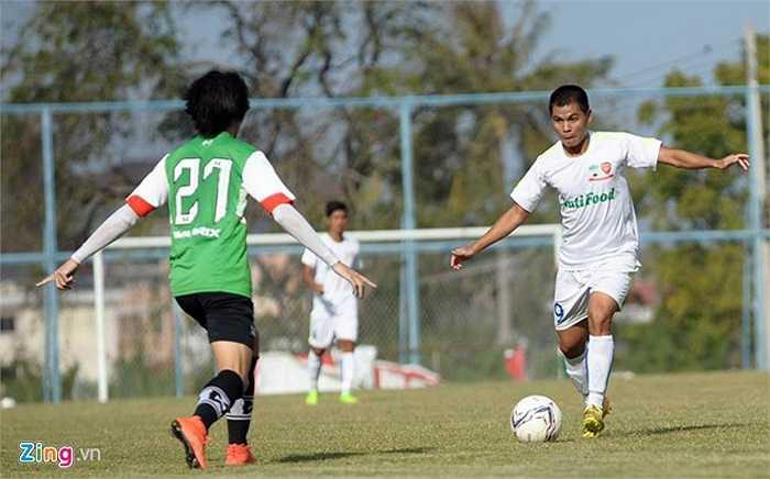 Dù đá với đội hình 2 nhưng HAGL nhập cuộc tự tin và kiểm soát thế trận tốt hơn. Tuy nhiên, đội chủ nhà Siam Navy mới là đội có bàn thắng vượt lên ở phút thứ 10 do công của Chunsana. (Ảnh: Zing.vn)