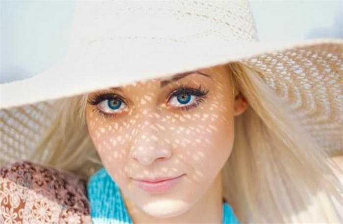 10. Chống nắng: Đừng chủ quan với ánh nắng mặt trời yếu ớt vào mùa đông. Ánh nắng mùa đông có hại tới 70% so với mùa hè. Vì thế, bạn luôn luôn sử dụng kem chống nắng để ngăn ngừa nếp nhăn cũng như giảm thiểu nguy cơ ung thư da.