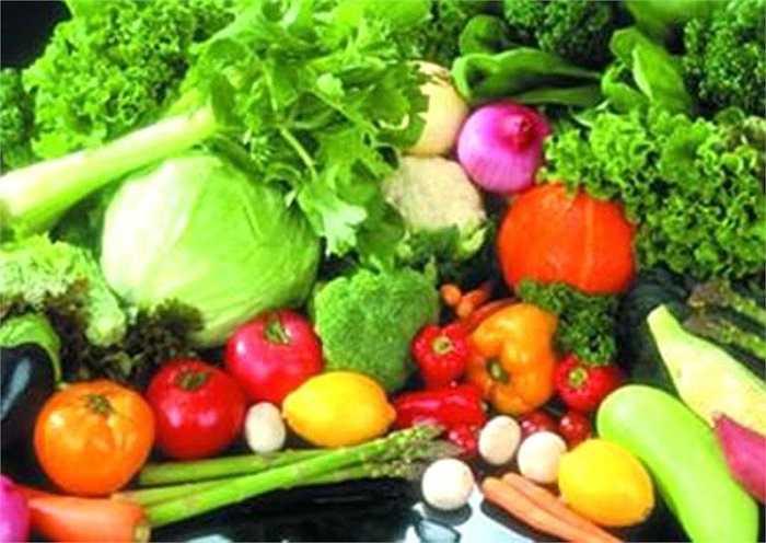 12. Ăn nhiều rau xanh và hoa quả: Rau xanh và hoa quả cung cấp cho cơ thể số lượng khổng lồ các vitamin, khoáng chất và các thành phần vi khoáng, đảm bảo cho làn da mềm mại và ngăn ngừa nguy cơ xuất hiện việc khô da, nứt nẻ vào mùa đông.