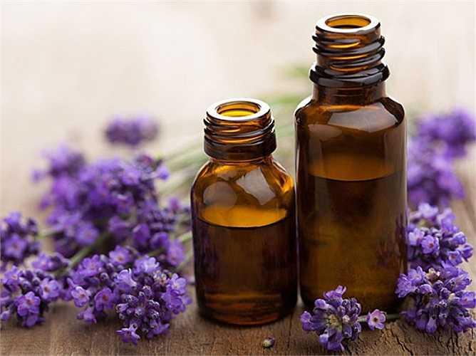 14. Hãy thử các loại tinh dầu: Làn da của bạn hấp thụ độ ẩm từ các loại dầu, hãy dùng tinh dầu lúc tắm để lại làn da của bạn mềm mượt mỗi khi bạn bước ra khỏi bồn tắm.