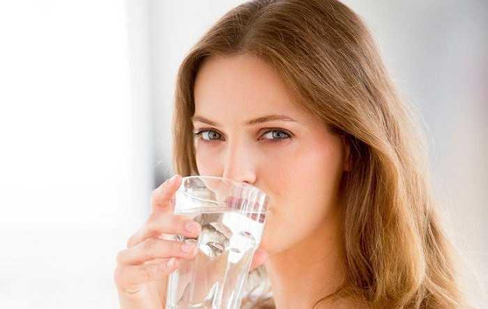 2. Dùng kem dưỡng ẩm: Các loại lotion là lựa chọn hàng đầu trong mùa đông. Bạn hãy thoa kem dưỡng ẩm lên da sau khi tắm và thêm một lần nữa cho da mặt trước khi đi ngủ.
