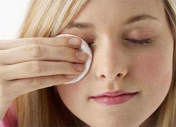 4. Tẩy da chết: Tẩy da chết là một việc vô cùng quan trọng để loại bỏ đi các tế bào chết. Nhất là mùa hanh khô bạn cảm giác da mình như bị dày hơn. Đây là giai đoạn tiền đề chuẩn bị cho da bạn dễ dàng hấp thụ độ ẩm và dinh dưỡng. Bạn nên áp dụng phương pháp tẩy da chết chuyên nghiệp như mặt nạ lột da.