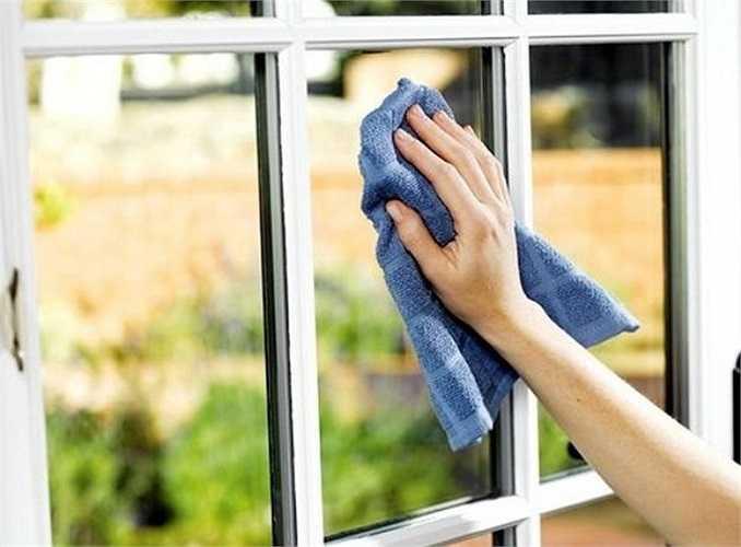 8. Tăng cường độ ẩm không khí trong nhà: Đây là mùa thích hợp nhất để bạn nên đầu tư mua một máy tạo độ ẩm không khí và để chúng trong nhà nhằm tăng độ ẩm tự nhiên cho ngôi nhà bạn vào ban đêm. Máy tạo ẩm không khí chắc chắn sẽ khiến làn da của cả nhà bạn bớt nứt nẻ và khô hanh hơn.