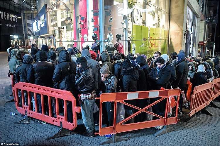 Dãy dài khách hàng xếp hàng chờ đợi bên ngoài trung tâm mua sắm Bulring ở Birmingham đợi đến giờ mở cửa. Ngày Boxing day - hay còn gọi là ngày lễ Tặng Quà là đợt mua sắm bận rộn sau dịp Giáng sinh.