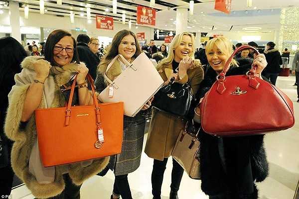 Nicola Shelley, Daisy Robinson, Chloe Richards và Joanne Richards chụp ảnh cũng những chiếc túi giảm giá mà họ mới mua được.