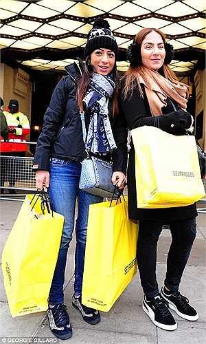 Suzie Tabeche và Balal Aljalaby đến từ Tottenham đang cầm trên tay túi đựng các loại nước hoa giảm giá vừa mua được.