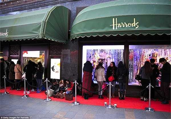 Dãy hàng dài xếp hàng bên ngoài trung tâm mua sắm xa xỉ Harrods ở Anh.