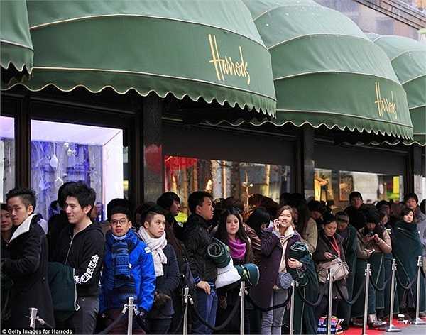 Phát ngôn viên của Harrods nói, đây là lần đầu tiên thấy dòng khách hàng xếp hàng đông đúc như vậy.
