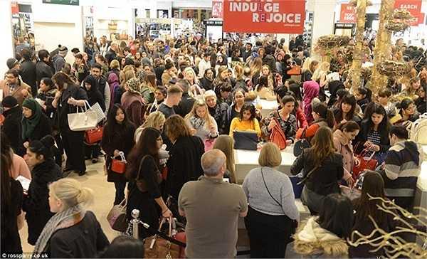 Trung tâm mua sắm ở Trafford (Manchester) đông đúc khách hàng đổ đến mua sắm trong ngày giảm giá kịch trần.