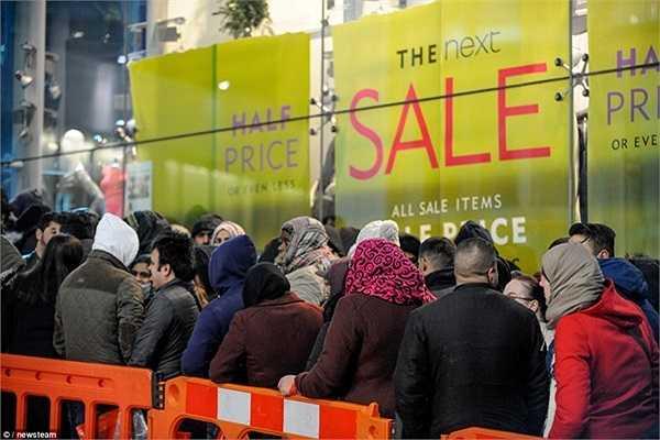 Hàng trăm người xếp hàng kiên nhẫn chờ đợi bên ngoài một trung tâm mua sắm ở Birmingham. Nhiều cửa hàng sẽ giảm giá 50% trong ngày lễ Tặng Quà.