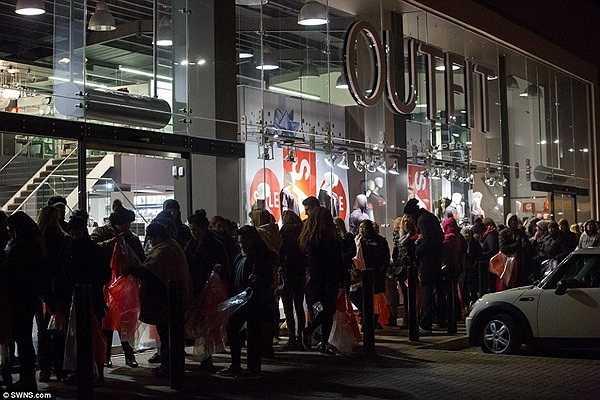 Từ 3h giờ sáng, có khoảng 200 người đã xếp hàng đợi bên ngoài trung tâm mua sắm ở Đông Luân Đôn.
