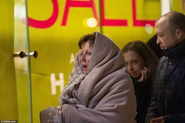 Giữa thời tiết rét buốt, nhiều khách hàng khoác chăn ấm để chờ đợi.