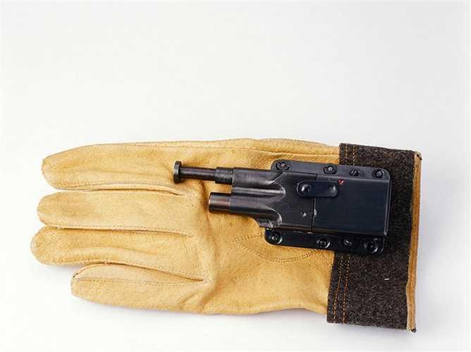 Súng găng tay là sản phẩm của KGB thời chiến tranh lạnh, súng găng tay được kích nổ bằng động tác co ngón tay