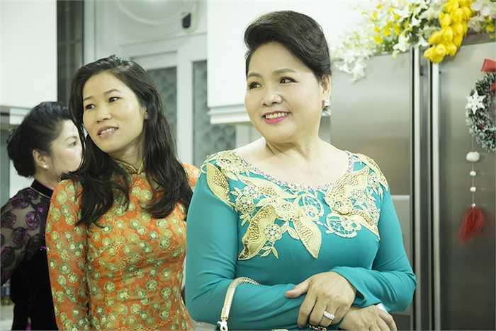 Mẹ cô dâu. Có thể thấy nữ diễn viên được thừa hưởng nhiều nét đẹp từ mẹ mình.