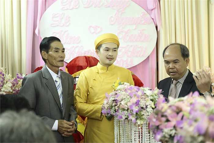 Đám cưới được cử hành thân mật theo nghi lễ truyền thống.