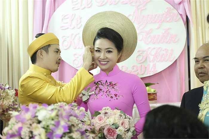 Tuấn Khải ân cần đeo trang sức cho Lê Khánh.