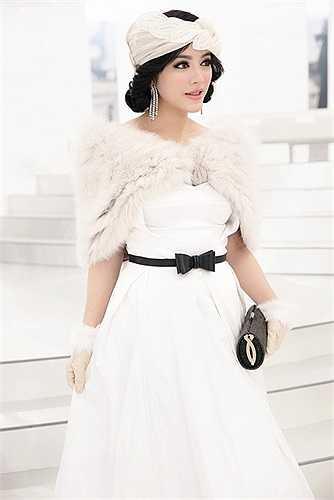 Lý Nhã Kỳ luôn tạo được dấu ấn khi tham dự các tuần lễ thời trang quốc tế.   Nữ diễn viên lăng xê phong cách cổ điển, sang trọng.