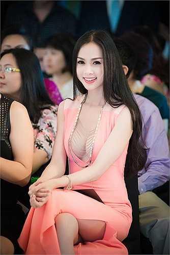 Chiếc váy có thiết kế cổ mạnh bạo giúp tên tuổi Ngọc Anh được chú ý  (Theo Dân Việt)