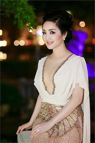 Hoa hậu Đền Hùng Giáng My rất trẻ và đẹp, song trước kia cô lại hơi đuối trong khâu lựa trang phục. Những bộ đầm Giáng My mang đến sự kiện thường có kiểu dáng rườm rà, kém sang trọng