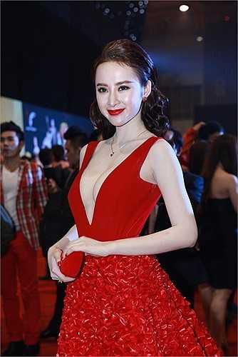 Angela Phương Trinh là một trong những mỹ nhân Việt có thời trang thảm đỏ ấn tượng và cầu kỳ nhất Vbiz