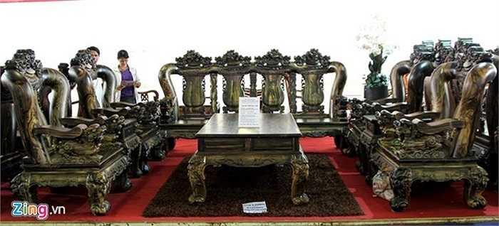 6. Tại một hội chợ nội thất tại trung tâm triển lãm Tân Bình (TP.HCM), bộ salon gồm 4 ghế đơn cao 1,7 m nặng hơn 300 kg, 1 băng ghế dài cao 1,7 m nặng hơn 1 tấn, 1 bàn trà lớn, 2 bàn trà nhỏ, 2 ghế đôn được làm từ gỗ mun hoa chào bán với giá tiền tỷ. Ảnh: Zen Nguyễn.