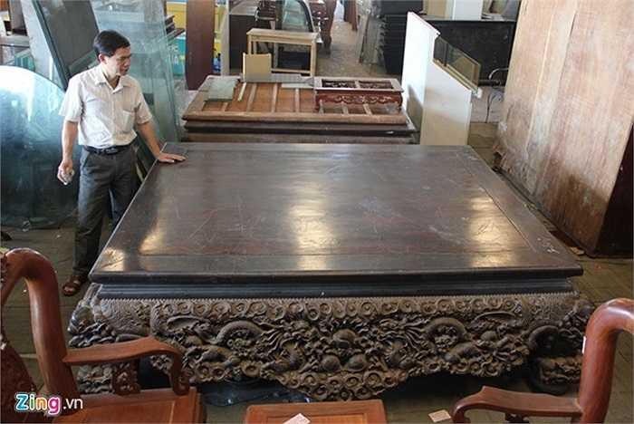 3. Cũng được trả giá lên đến 1,5 tỷ nhưng không bán, chiếc sập cổ bằng gỗ trắc được ông Thưởng, một chủ buôn đồ cũ tại Đông Anh, Hà Nội mua từ một gia đình người nước ngoài đang sinh sống ở Hà Nội với giá chỉ 310 triệu đồng. Ảnh: Ngọc Lan.