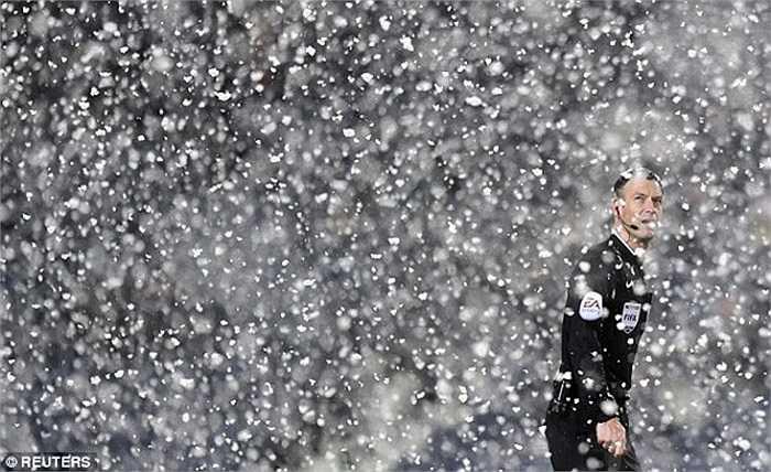 Tuyết rơi khá dày tại sân The Hawthorns trong thời điểm trận đấu diễn ra