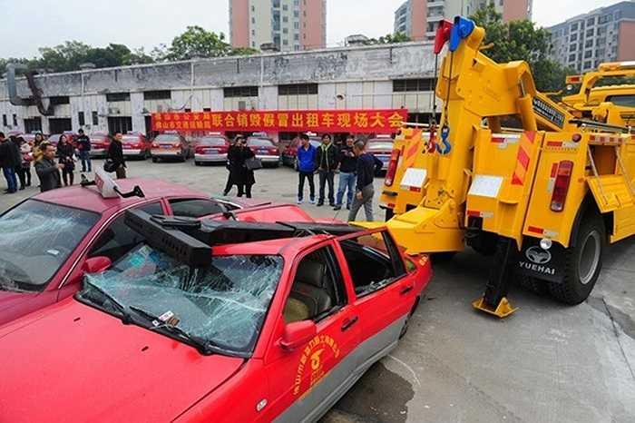Taxi đưa lại nhiều lợi ích cho người dân khi đi lại. Thế nhưng, những chiếc taxi giả hoành hành trên đường phố cũng gây không ít phiền toái.