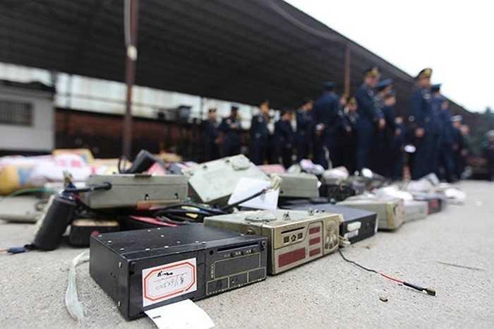 Vừa qua, chính quyền thành phố Phật Sơn (Quảng Đông, Trung Quốc) đã tổ chức tiêu hủy các xe taxi giả bị phát hiện.