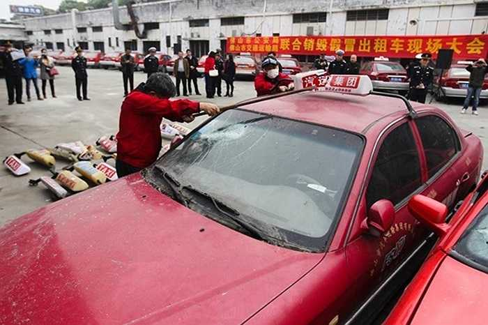 Những chiếc taxi sẽ bị phá nát như lời cảnh cáo với những tài xế vô lương tâm.