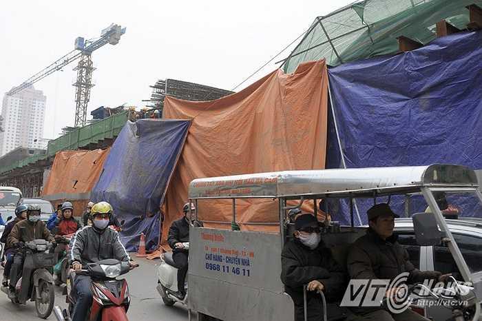 Theo những người dân ở khu vực xung quanh cho biết: Dầm giàn giáo của công trình đường sắt trên cao đã bị sập vào lúc 3 giờ 30 phút sáng ngày 28/12 và đè bẹp một chiếc xe taxi.
