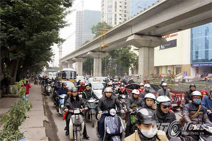 Trong khi đó, tuyến đường giao thông huyết mạch: Hà Đông – Hà Nội đã bị ùn tắc nghiêm trọng. (Ảnh: Việt Linh)